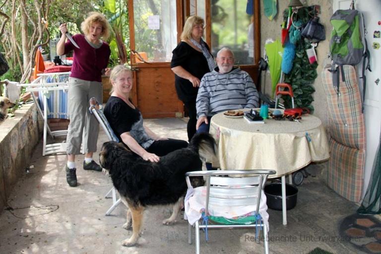 Netter Plausch mit Kaffee und Kuchen bei der deutschen Auswanderfamilie