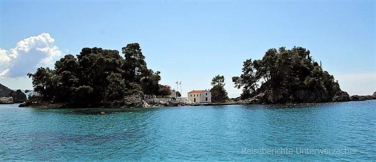 Die Insel, die der hl. Panagia geweiht ist, liegt direkt vor Parga ...
