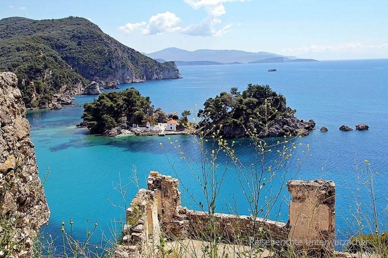 Das Meer entspannt sich in den Armen der Berge und die Boote, als seien sie Meeresvögel, senden das Lächeln unserer Leute in alle Welt. Das ist Parga - das ist Griechenland.