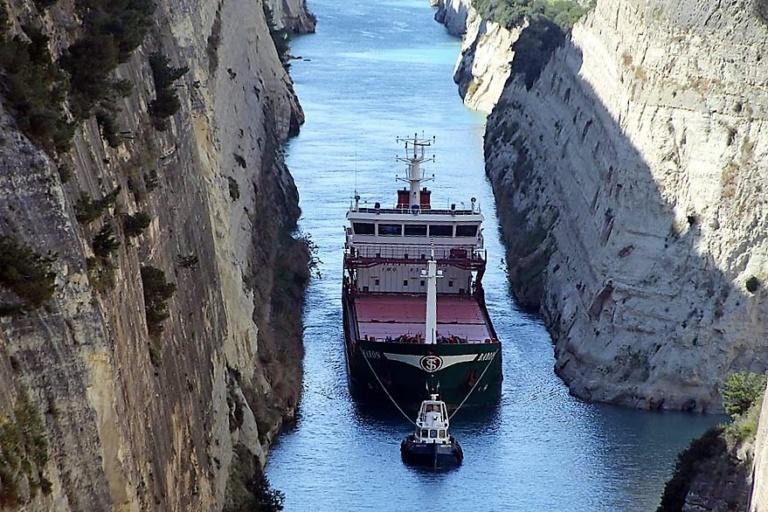 Kanal von Korinth - und sogar ein Schiff wird durchgezogen ...