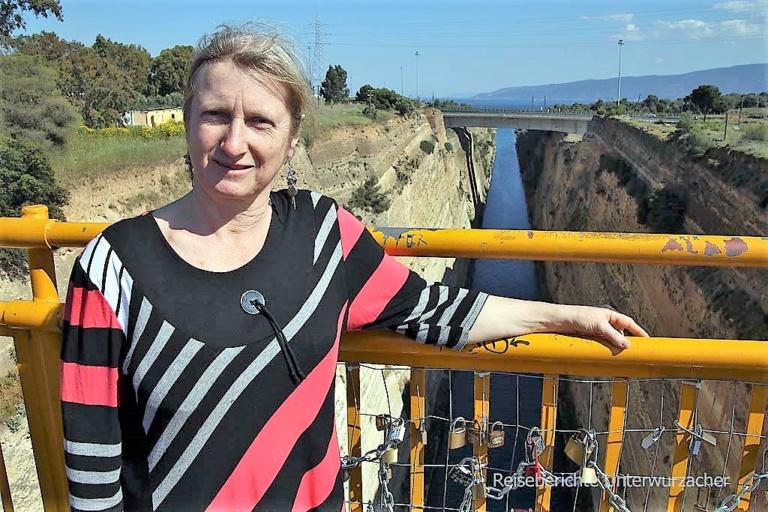 Keine griechische (aber meine ...) Göttin ;-)) - Sonja auf der Brücke von Korinth