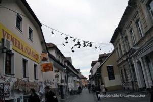 Gute Idee: Schuhe über den Häusern von Laibach ...