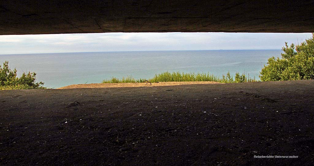 Blick aus dem Beobachtungs- und Feuerleitbunker ...