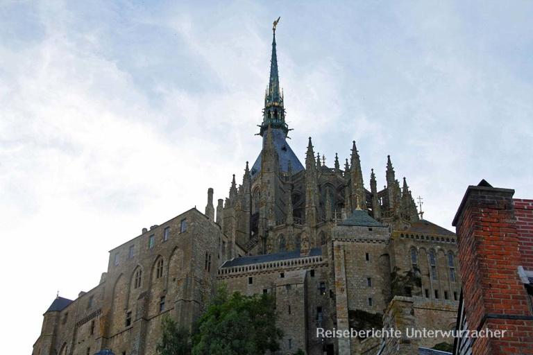 Das Kloster Mont Saint Michel mit dem Erzengel Michael auf der Kirchturmspitze ...