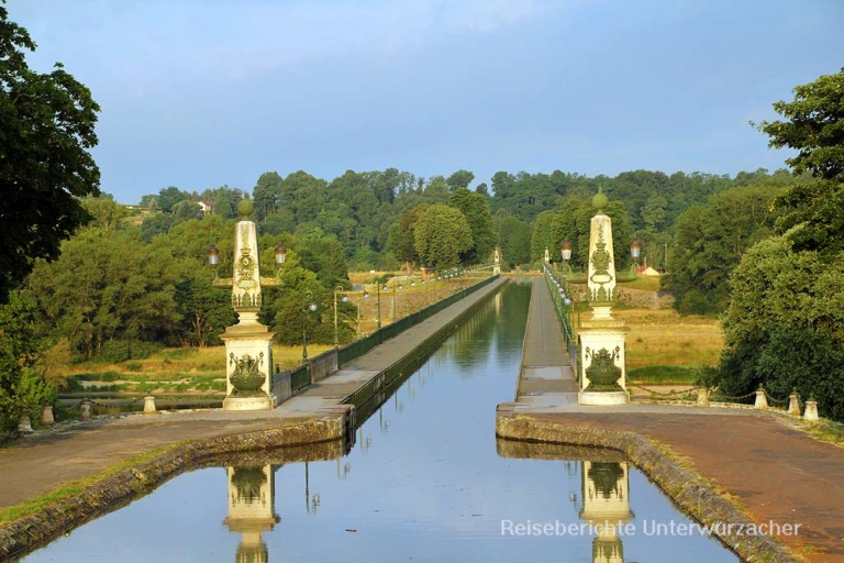Die bekannte Kanalbrücke in Briare über die Loire ...