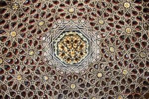 Kunstvoll verzierte Mudéjare-Decke aus dem 13. Jhdt.