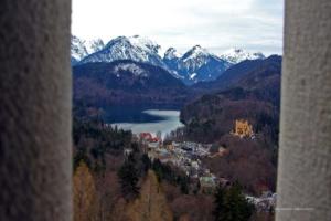 Blick vom Schloss Neuschwanstein auf das Schloss Hohenschangau ...