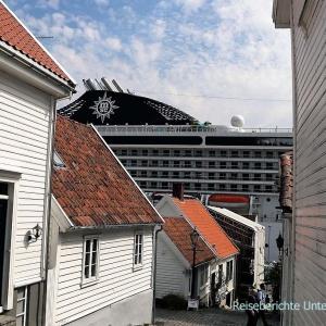 Das alte Stavanger und gleich dahinter die neuen Kreuzfahrtschiffe ...
