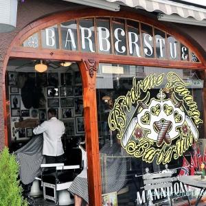 Ein Barbier in einem urigen Friseurladen mit Elch in Stavanger ....