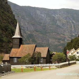 Kirche neben der Flåmbahn ...
