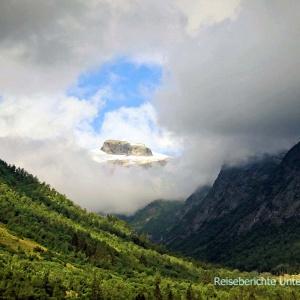 ... ein Wolkenfenster bietet uns ein unbeschreibliches Bild ...