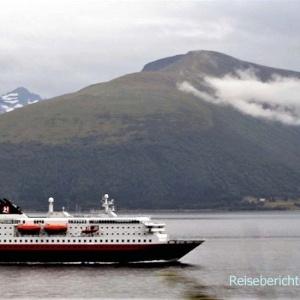Ein Schiff der Hurtigruten kreuzt unseren Weg ...