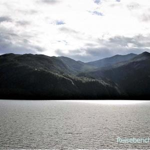 ... auch hier Wasser, Berge - typisch Norwegen ...