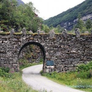 Alte Brücke von Geiranger - Knuten genannt - ein Zeugnis, der frühen Straßenbaukunst ...