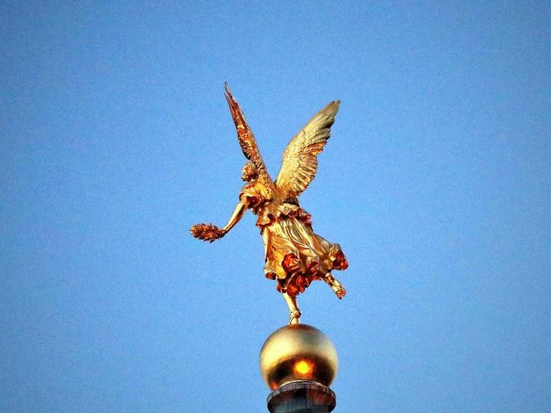 Goldener Engel auf der Kunstakademie in Dresden ...
