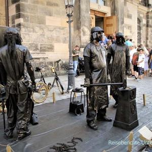 Straßenkünstler vor der Frauenkirche in Dresden ...