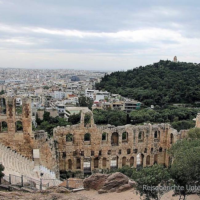 Blick von der Akropolis auf die riesige Stadt ...