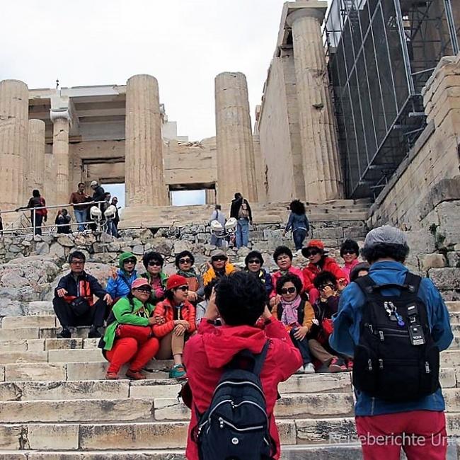 Asiatische Reisegruppe die für ein Gruppenfoto ca. eine halbe Stunde brauchen ...