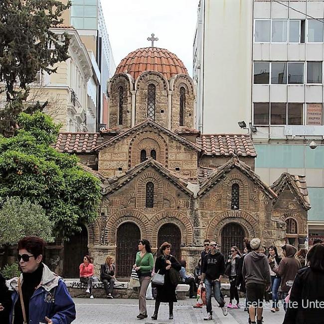 Sehenswerte Kirche im Trubel von Athen ...