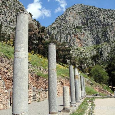 Säulen und Steine in sonniger Hanglage ...