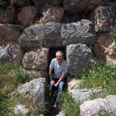 Der muss auch in jedes Loch und jede Höhle reinkrabbeln ...