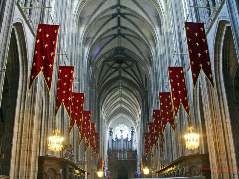 """Die """"Heiligenkreuzkathedrale"""" von Orléans hat einen ganz eigenartigen Stil ..."""