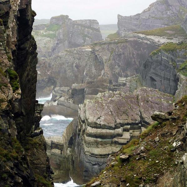 Einzigartige Gischt und bizarre Felsenlandschaft ...
