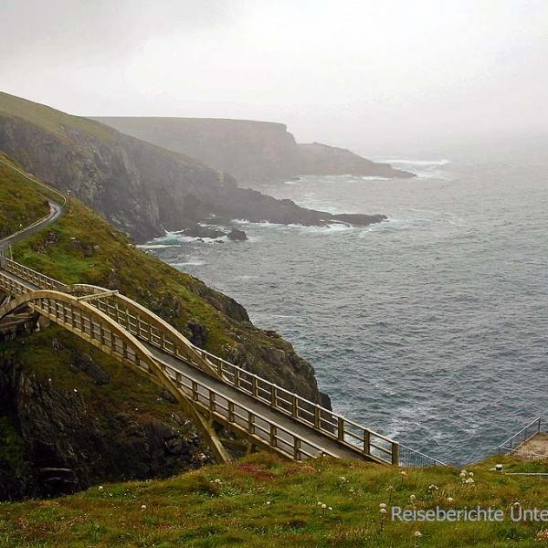 Die Bogenbrücke von Mizen Head ...