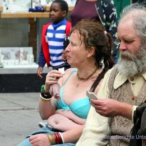 Er (Dudelsackspieler) scheint ein Pause zu brauchen - ihr scheint es zu heiß zu sein ...