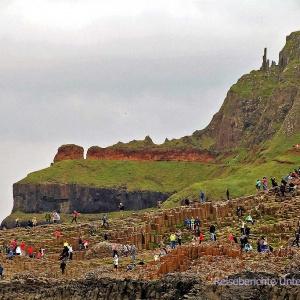 UNESCO Weltnaturerbe - Giant*s Causeway. Das sehr eisenhaltige Laterit bildet ein rotes Band ...