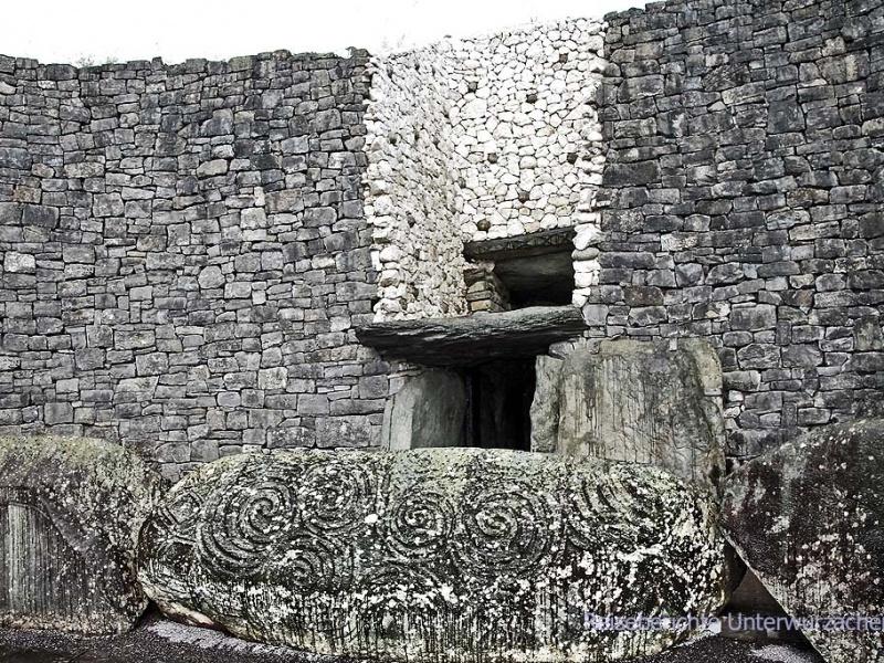 Der Eingang mit dem einzigartig verzierten Stein ...