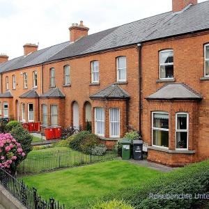 Typische Wohnhäuser mit Vorgarten in Dublin ...