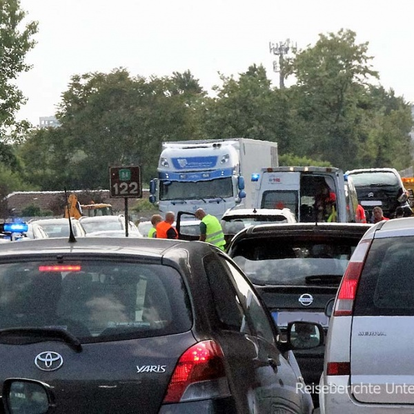 Verkehrsunfall und Stau ...
