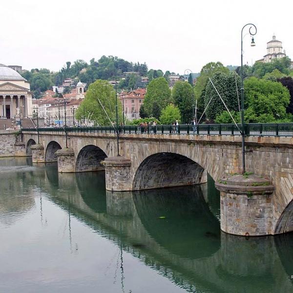Vom Piazza Vittorio Veneto gelangt man zur Brücke über dem Po ...
