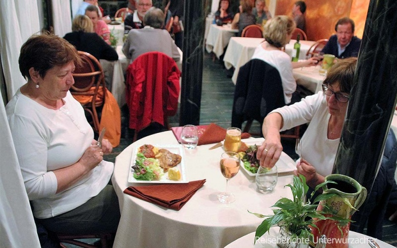 """Abendessen im """"Le Relais"""" direkt mit Blick runter auf den Wasserfall in Moustiers-Ste.-Marie ..."""