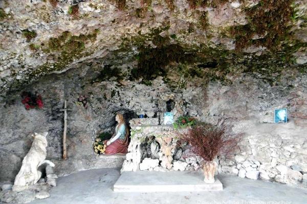 Kurzer Wanderweg zur Grotte ...