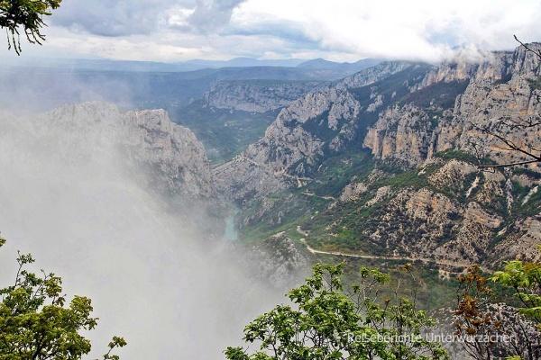 Unwahrscheinlich schnell zog der Nebel aus der Verdonschlucht fast mystisch herauf ...