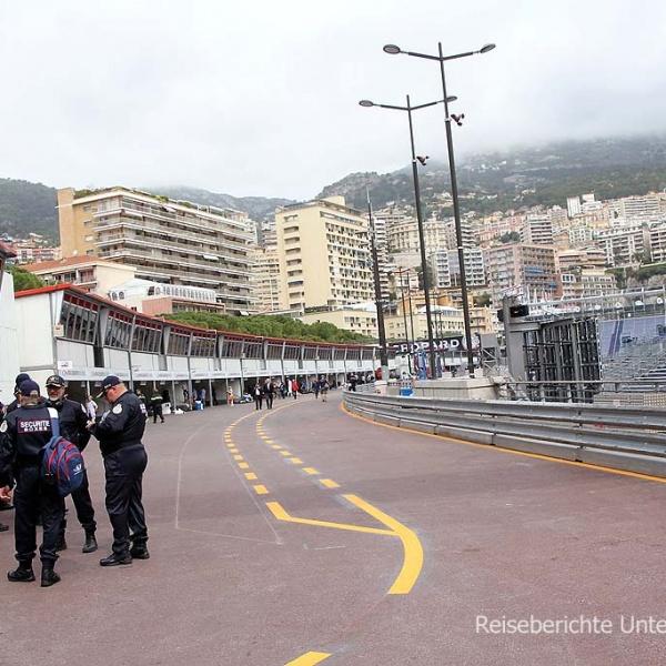 Die berühmte Boxengasse in Monaco ...