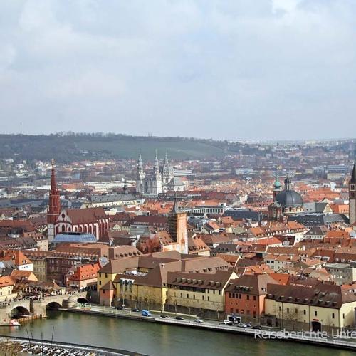Wunderbare Aussicht auf die alte Mainbrücke und die vielen Kirchen von Würzburg ...