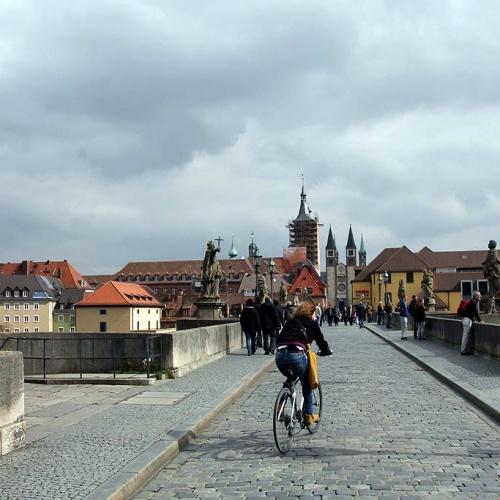 Die alte Mainbrücke erinnert ein wenig an Prag ...