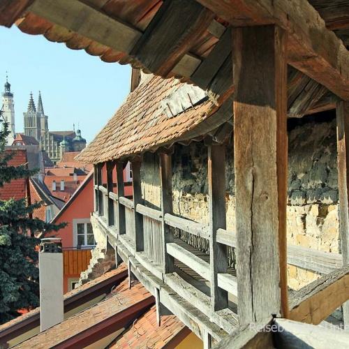 Schöner Rundgang auf der vollständig erhaltenen Stadtmauer ...