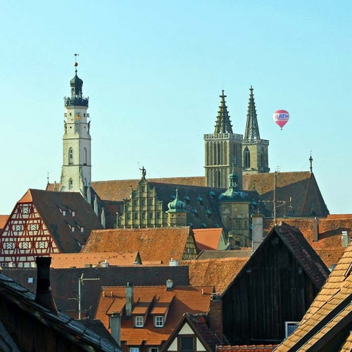 Über den Dächern von Rothenburg mit Blick auf die Jakobskirche ...