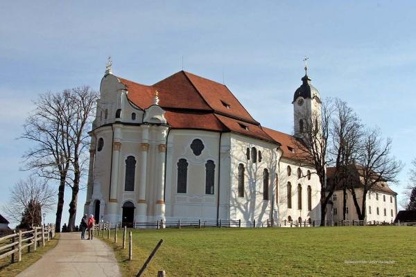 Die Rückseite der Wallfahrtskirche ...