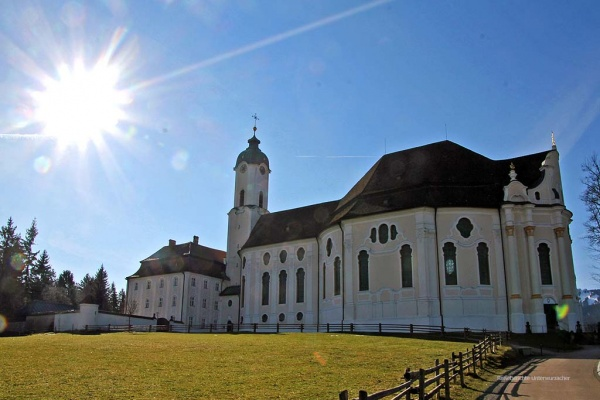 Die Wallfahrtskirche zum Gegeißelten Heiland auf der Wies im wärmenden Sonnenstrahl ...