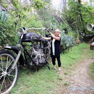 .. et une petite femme sur une grande moto - und eine kleine Frau an einem großen Motorrad ...