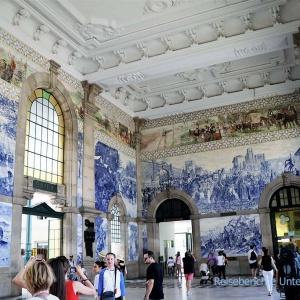 Die berühmten Azulejas (blaue Wandfliesen) im Bahnhof São Bento