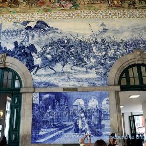 Großflächige Azulejos im Bahnhof São Bento