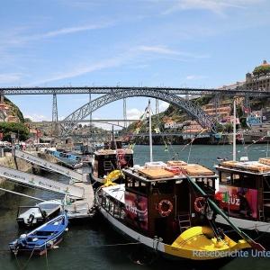 Reges Treiben am Rio Douro in Porto unter der Ponte Dom Luis I