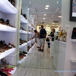Besuch im Schuhgeschäft - immer mal sehen, was die Konkurrenz so macht ... ,-))