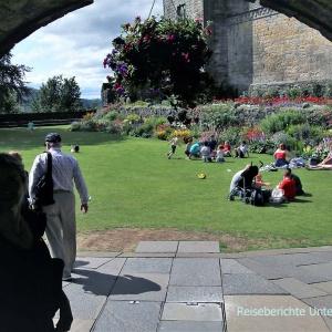 Stirling Castle: Gleich nach dem Eingangstor kann man im schön angelegten Garten herrlich picknicken